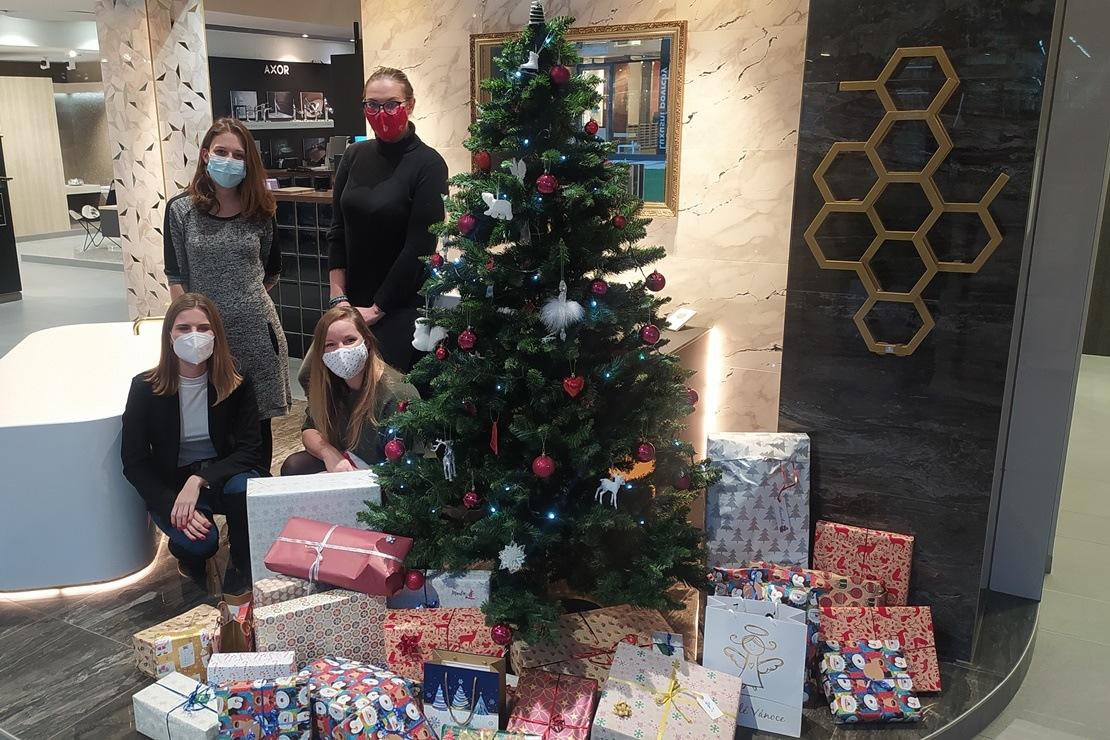 Předávání dárků dětem z vánoční sbírky na Kaštanové 2020