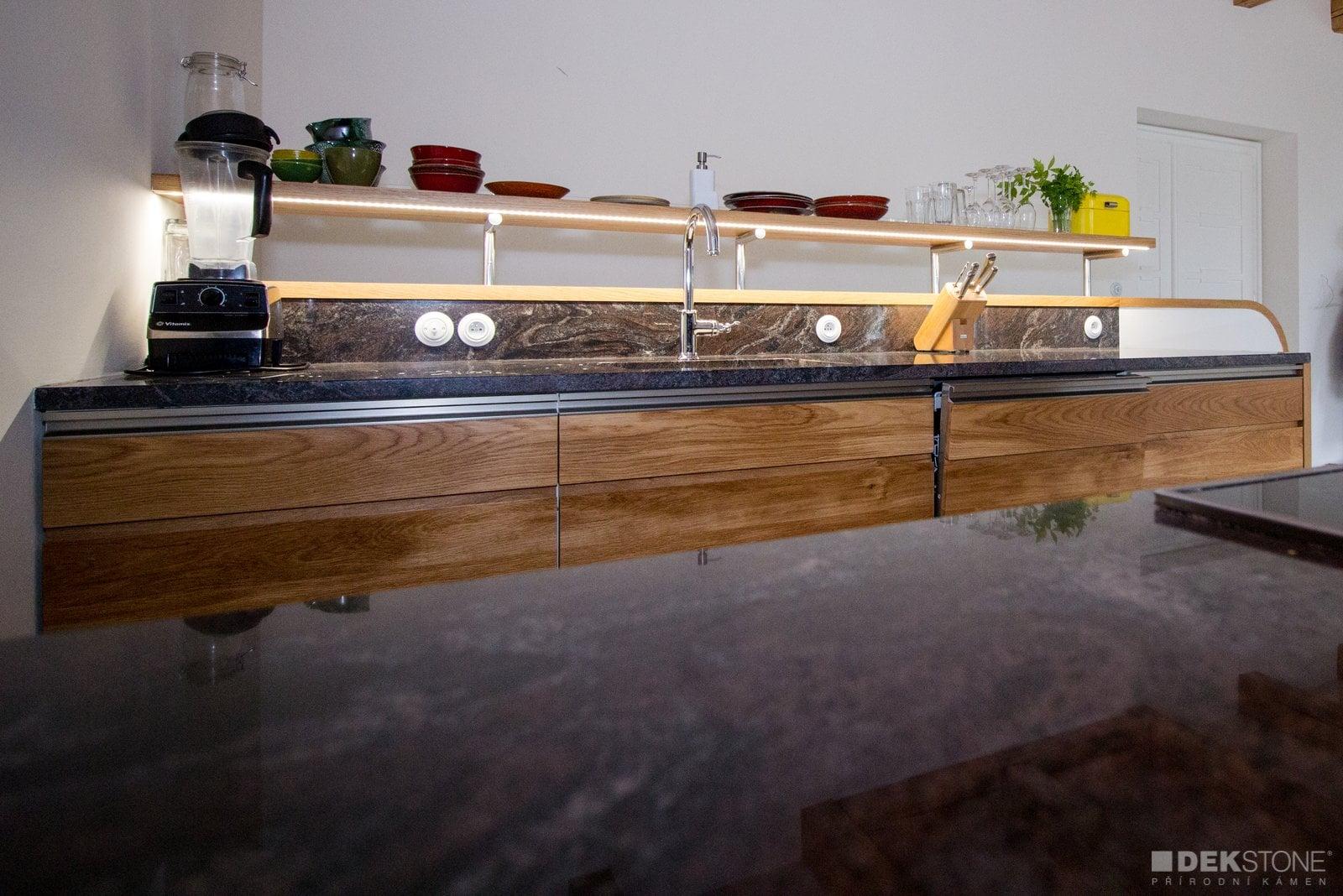Kamenná pracovní deska a obklad v kuchyni slide 1