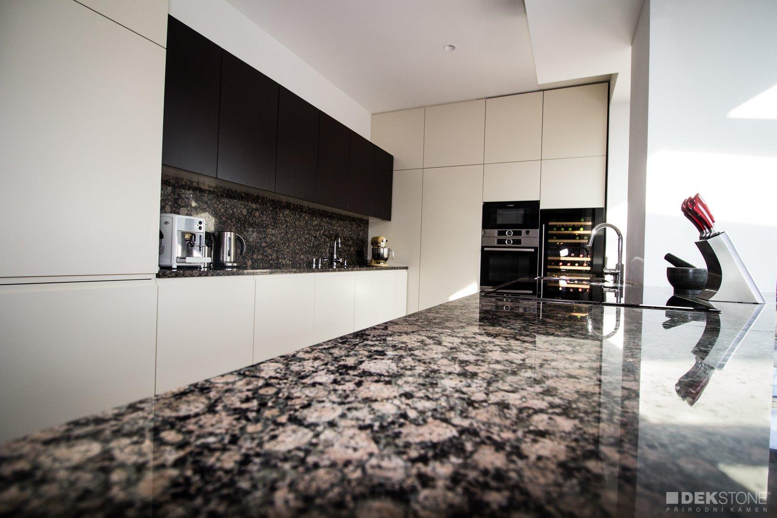 Kamenná pracovní deska a obklad v kuchyni slide 0