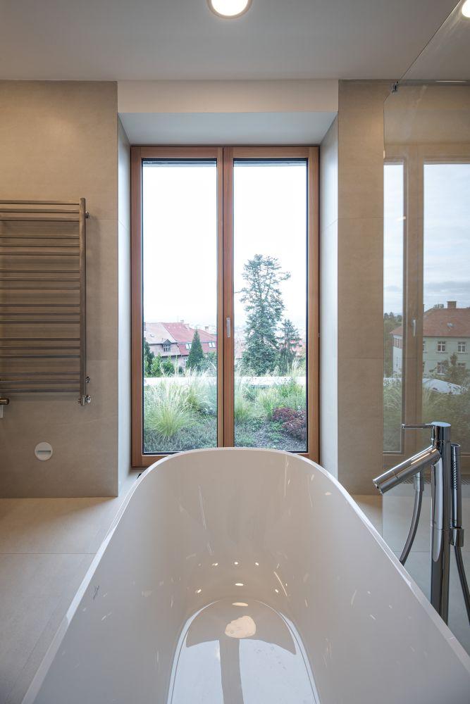 Luxusní koupelna a bazén v brněnské vile slide 2