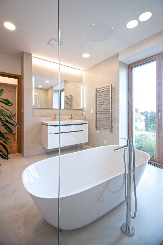 Luxusní koupelna a bazén v brněnské vile slide 3