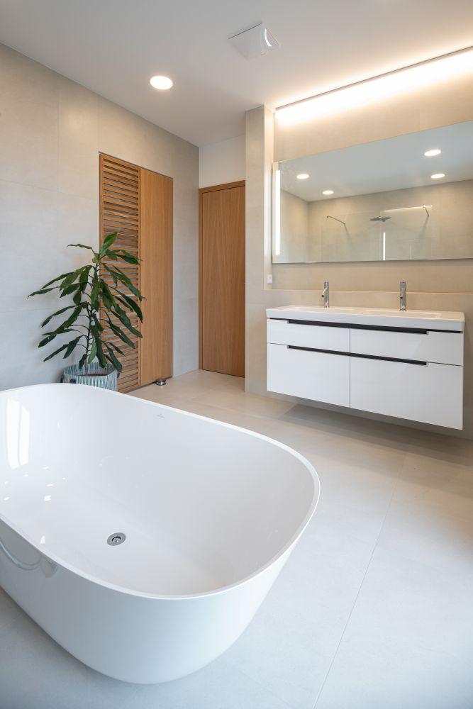 Luxusní koupelna a bazén v brněnské vile slide 4