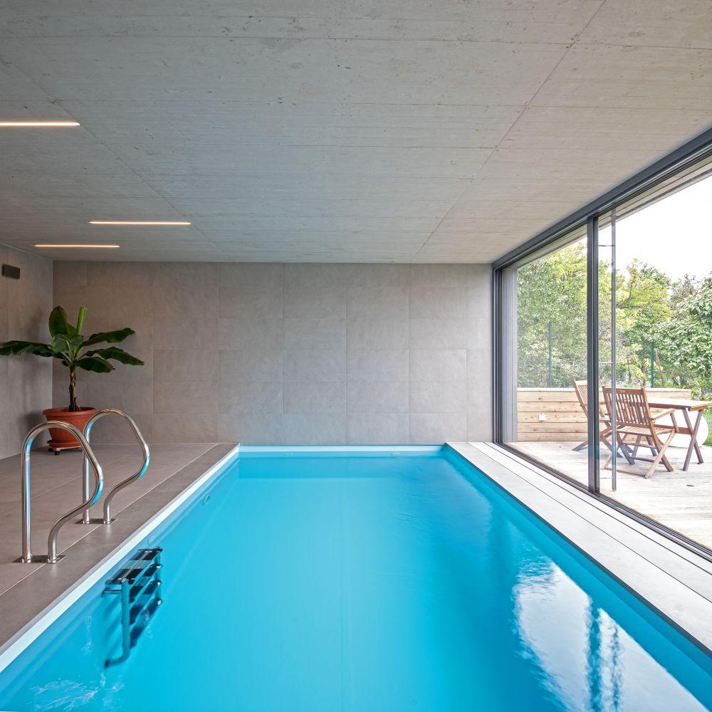 Luxusní koupelna a bazén v brněnské vile slide 1