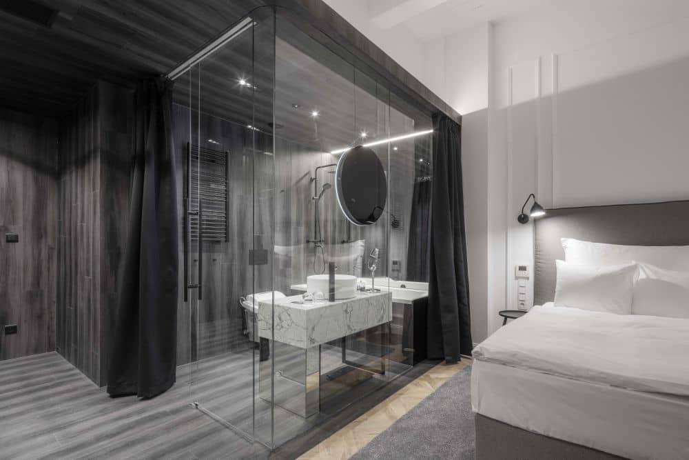 Mapei. V každém pokoji luxusního hotelu Pytloun  na Václavském náměstí v Praze. slide 1