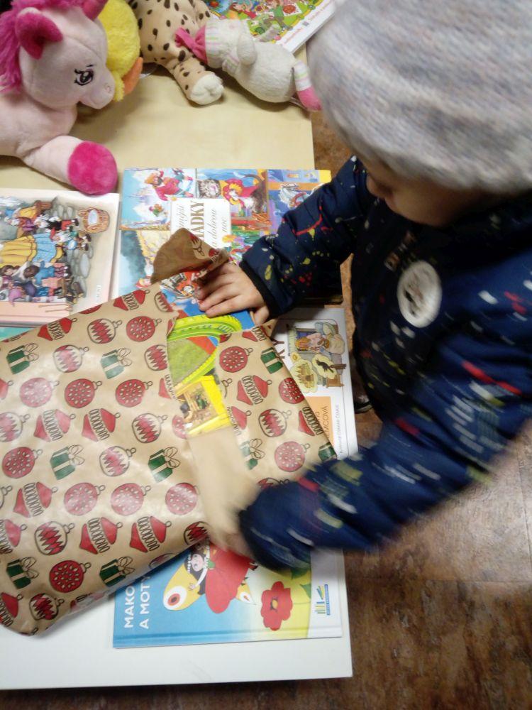 Předávání dárků dětem z vánoční sbírky na Kaštanové 2020 slide 0