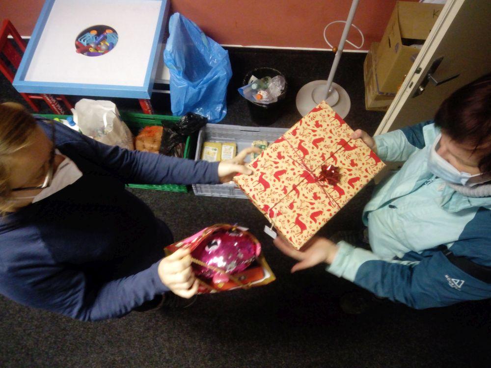 Předávání dárků dětem z vánoční sbírky na Kaštanové 2020 slide 2