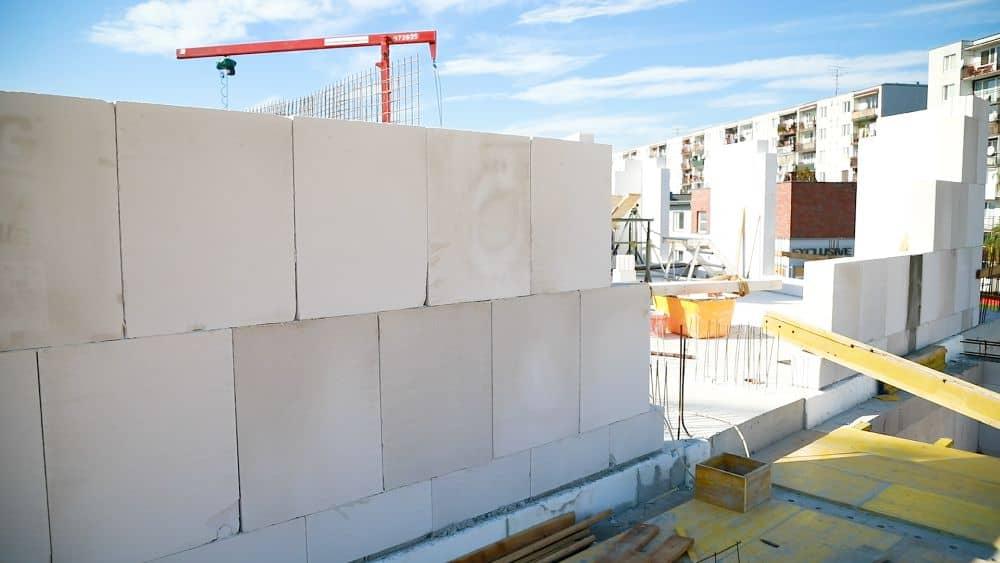 Hrubá stavba domů bleskovou rychlostí s tvárnicemi YTONG slide 1
